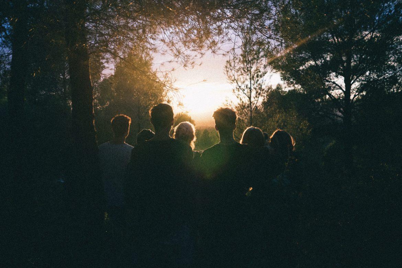 Menschen in Wald