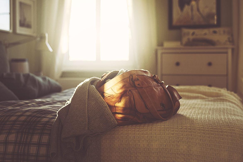 Tasche auf Bett