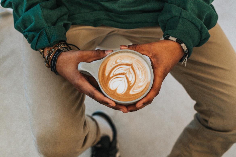 Mann mit Kaffee in Hand