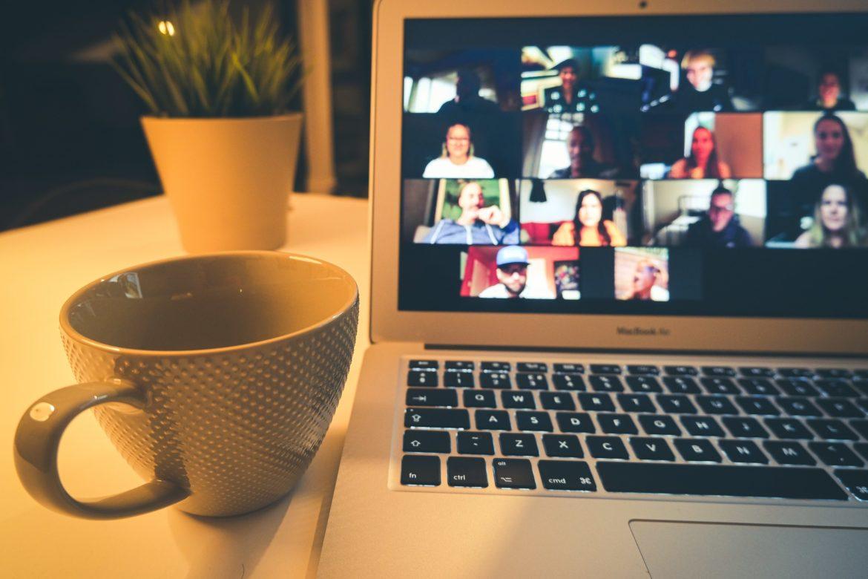 Laptop mit Tasse