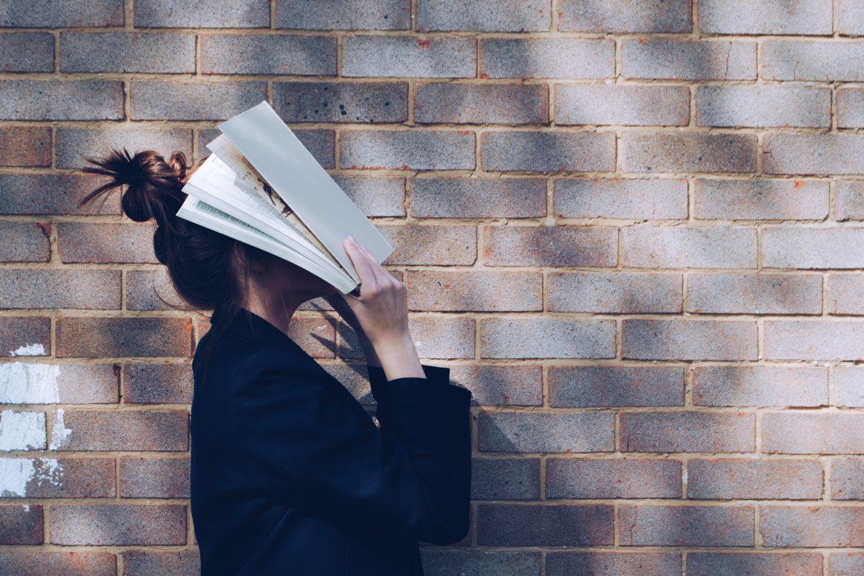 Frau mit Papier