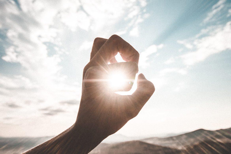 Hand vor Sonne