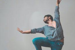 Mann tanzt