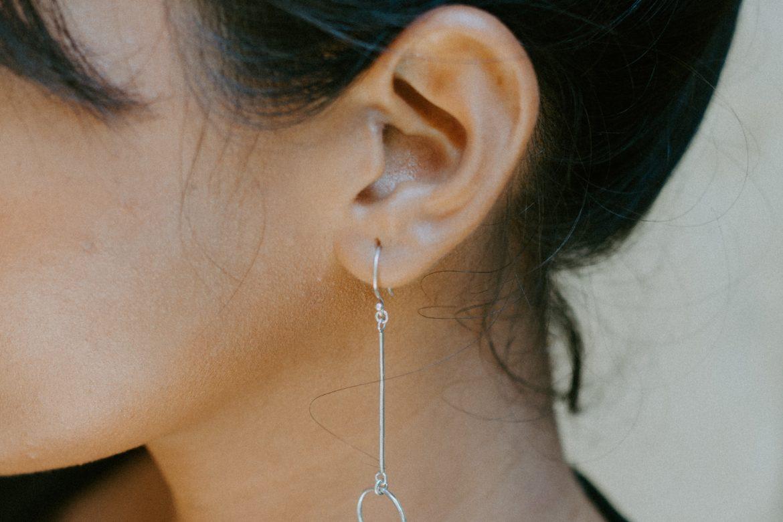 Frau im Profil mit Ohrring