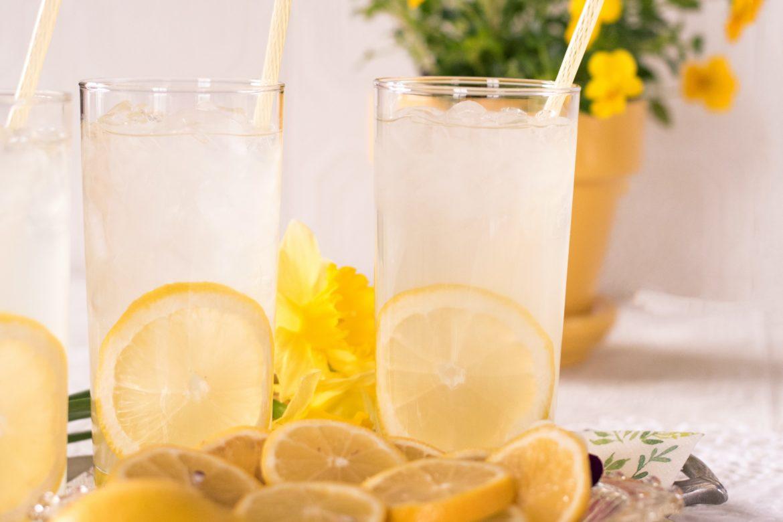Glas mit Zitronen