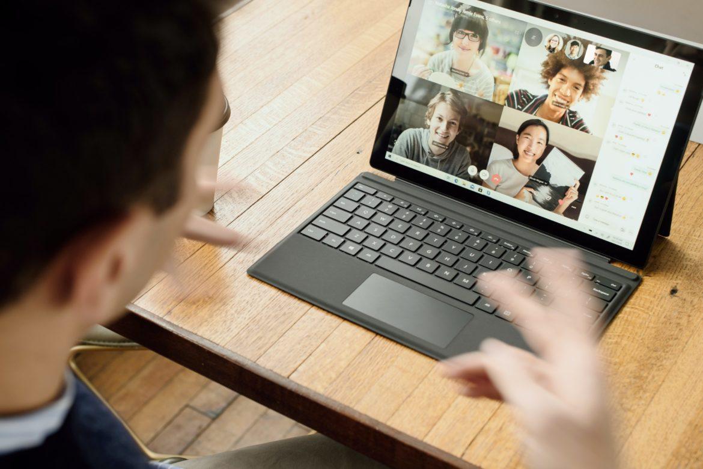 Mann an Laptop