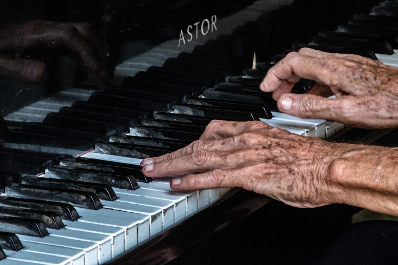 Hände an Klavier