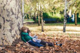 Kinder an Baum