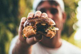 Mann mit Burger
